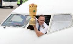 Cúp quốc gia Đức được cơ trưởng 'soái ca' đưa về Frankfurt