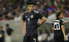 Học theo Luis Suarez, tiền đạo Premier League may mắn được 'giải nguy'