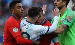 NÓNG! Lộ hình ảnh mới nhất, Messi cà khịa Medel và đáng nhận thẻ đỏ?