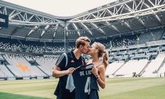 Chốt xong số áo, De Ligt ôm hôn bạn gái xinh đẹp đắm đuối