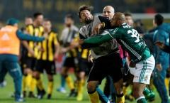 'Thùng rác vàng' Brazil đấm cầu thủ Penarol ở Copa Libertadores