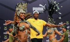 'Tia chớp' Usain Bolt dán mắt vào các vũ công samba