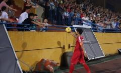 Hoạt động tặng bóng cho NHM tại V-League bị 'chấn chỉnh'