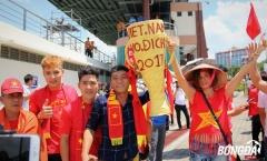CĐV Việt Nam mang Cúp vô địch thách thức U22 Thái Lan