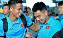 Công Phượng đội nón cực ngầu, Đức Huy được fan tặng 'quà độc' trước giờ bay Philippines