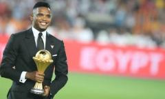 Huyền thoại Cameroon ăn mặc bảnh bao 'dâng' cúp vô địch CAN cho Riyad Mahrez