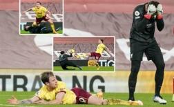 Alisson ôm mặt hối hận sau khi 'dưng' cho Burnley quả 11m oan nghiệt