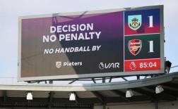 NHM Arsenal đồng cảm với Man Utd sau khi bị VAR 'cướp' penalty