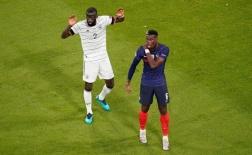 Sao Chelsea 'cắn' từ phía sau, Pogba đau đớn mách trọng tài biên