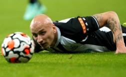 Bị đuổi khỏi sân chỉ sau 23 phút, sao Newcastle e sợ liếc nhìn chủ mới
