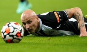 Bị đuổi khỏi sân, sao Newcastle e sợ liếc nhìn chủ sở hữu mới