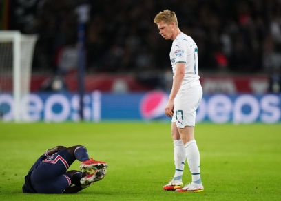 Manchester United fans slam lack of 'consistency' after Man City's Kevin De Bruyne escapes red card - Bóng Đá