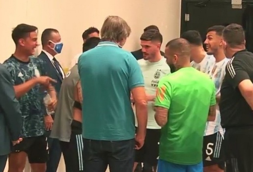 Dybala cười Messi khi trận Brazil - Argentina gặp sự cố