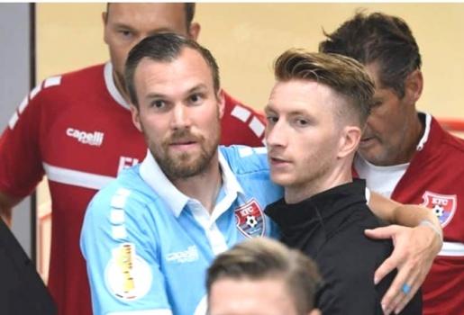 Reus tay bắt mặt mừng gặp lại đồng đội cũ trong trận thắng Uerdingen