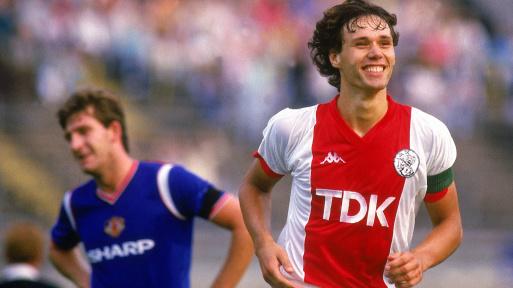 'Không thể tin là tôi được đứng ngang hàng với Marco van Basten'